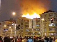 上海大统路火灾 熊熊大火烧到屋顶